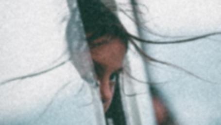 un volto femminile seminascosto (foto Benjamin Voros per unsplash.com)