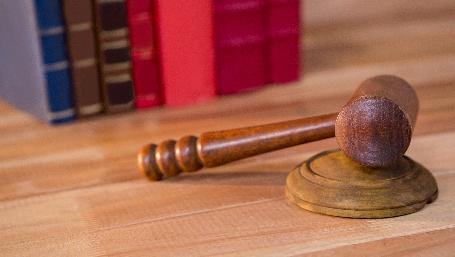 martelletto da giudice con libri (foto by Awesomecontent - Freepik.com)