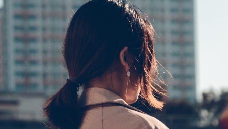 Donna di spalle in città (foto: shali per unsplash.com)