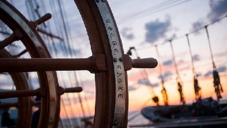 timone su uno sfondo al tramonto (foto sheeze per pixabay.com)
