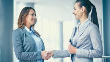 Due donne si stringono la mano