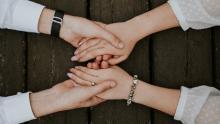 due coppie di mani che si stringono - foto Alvin Mahmudov per unsplash.com