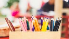 banco di scuola con matite colorate da disegno (foto Markus Spiske per Unsplash.com)